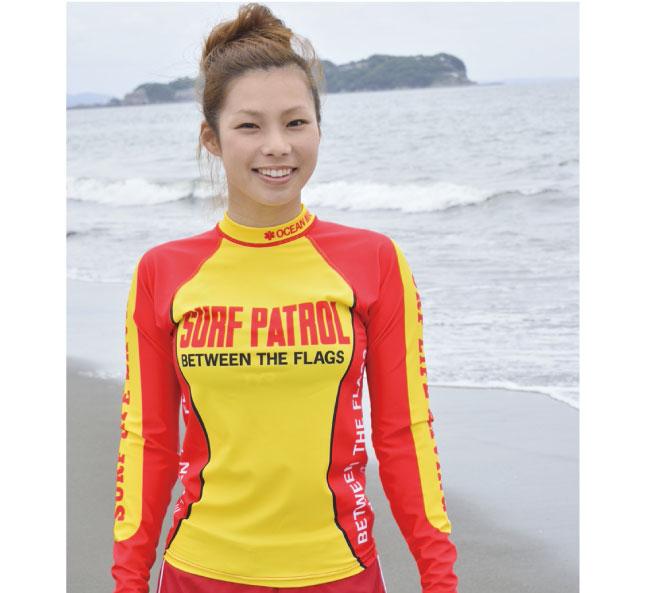 超撥水ラッシュガードを着用している女性背景には江の島