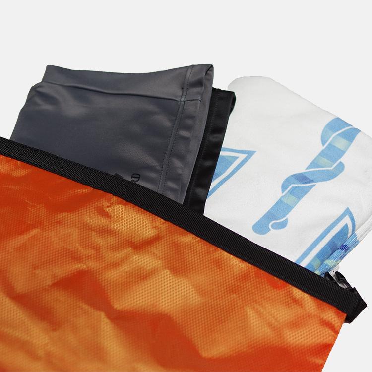 ドライバッグの中に大判タオルと水着とゴーグルとレインコートが入っている画像