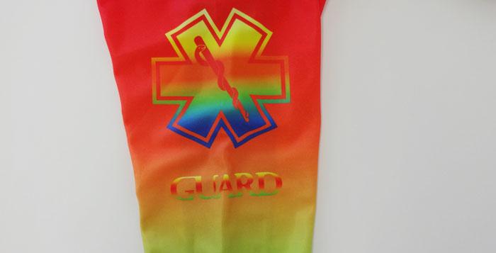 長袖ラッシュガードレインボーの腕部、肩のあたりにGUARDと施されている。