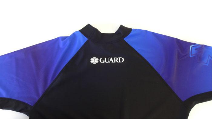 長袖ラッシュガードブルーの後身首元のアップ、GUARDと施されている。