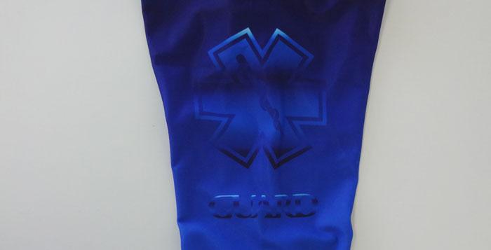 長袖ラッシュガードブルーの腕部、肩のあたりにGUARDと施されている。