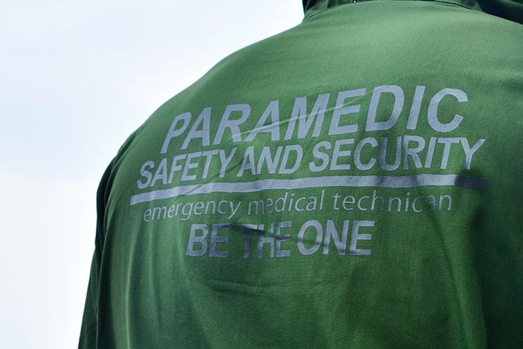 後ろ身「PARAMEDIC SAFETY AND SECURYTY」と施されている