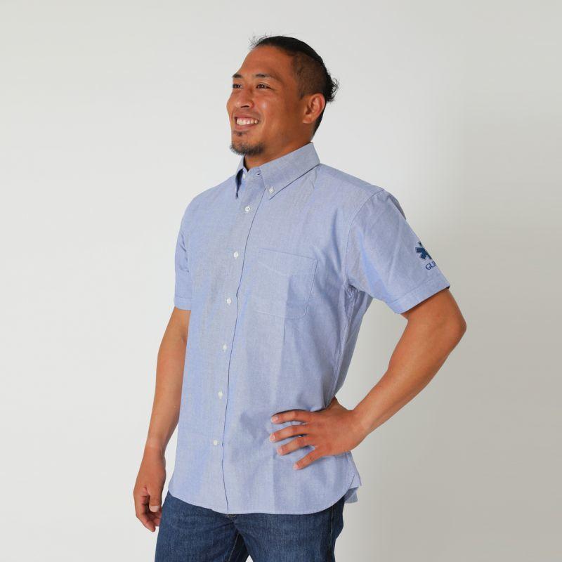 p-262オックスフォードシャツのOXブルーを着用している男性の画像