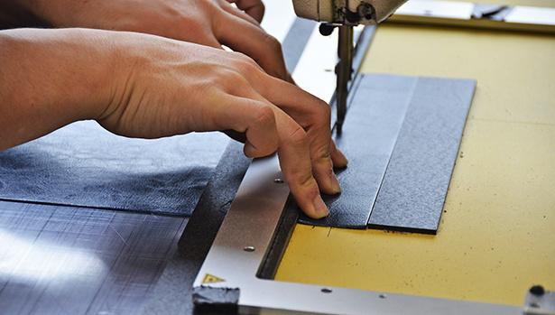 ミシンで縫っている画像
