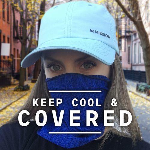 フェイスマスクとして利用している女性