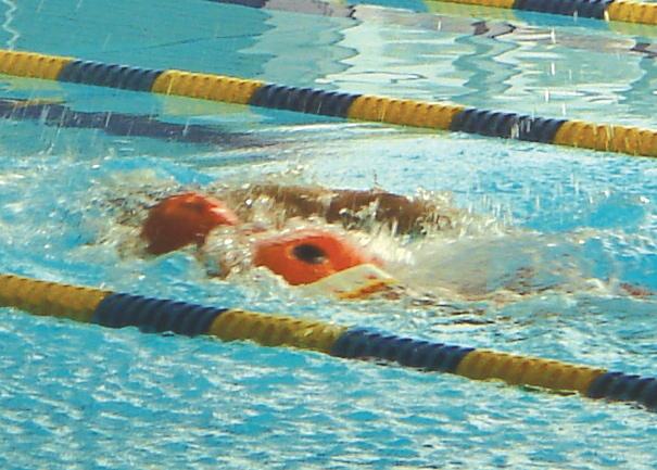 選手がrescueマネキンを抱えて泳いでいる